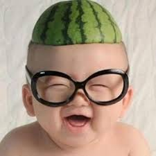 bébé à lunettes